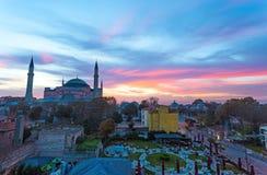 Stadt-Morgen-Ansicht Istanbuls alte mit Straßencafé und berühmter Sophia Cathedral Lizenzfreies Stockbild