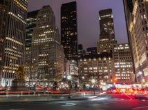 Stadt-Nachtaufnahme der 5. Allee und der 59. Straße Stockfotografie