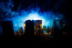 Stadt nachts im dichten Nebel Starker Smog auf einer dunklen Straße Schattenbilder des Mannes auf Straße Die Serviette auf der Pl stockfotografie