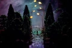 Stadt nachts im dichten Nebel Starker Smog auf einer dunklen Straße Schattenbilder des Mannes auf Straße Die Serviette auf der Pl lizenzfreies stockfoto