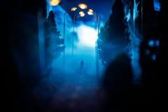 Stadt nachts im dichten Nebel Starker Smog auf einer dunklen Straße Schattenbilder des Mannes auf Straße Die Serviette auf der Pl stockbilder