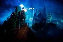 Stadt nachts im dichten Nebel Starker Smog auf einer dunklen Straße Schattenbilder des Mannes auf Straße Die Serviette auf der Pl lizenzfreie stockfotografie