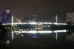 Stadt nachts, schöne Lichter Stockbild
