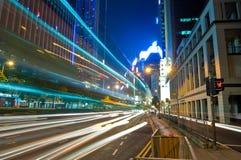 Stadt-Nachtverkehr Stockbild