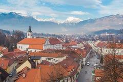 Stadt nahe Alpen Lizenzfreie Stockfotografie