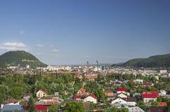 Stadt nahe Bergen Stockfotografie