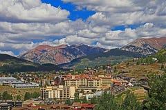 Stadt nahe Butte mit Haube Colorado lizenzfreies stockfoto