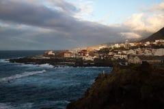Stadt nahe dem Ozean Stockbild