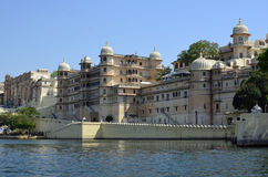 Stadt-Palast, Udaipur und See Pichola, Rajasthan, Indien Stockfotografie