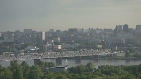 Stadt-Panorama im Sonnenaufgang stock video