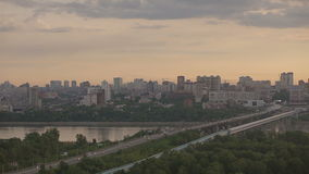 Stadt-Panorama im Sonnenaufgang stock video footage