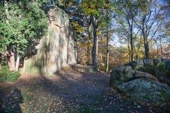 Stadt-Park, Ruhe und Einsamkeit, Bäume, Sonnenschein, gelbes Laub in Prag im Herbst Lizenzfreie Stockbilder