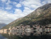 Stadt-perast in Montenegro durch adriatisches Meer Stockfotografie