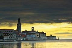 Stadt Porec im Sonnenuntergang Lizenzfreie Stockfotografie