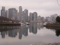 Stadt reflektiert im Meer Stockbild