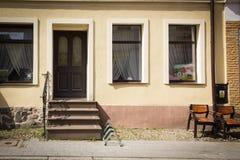 Stadt Reszel, Fenster des Apartmenthauses lizenzfreie stockfotografie