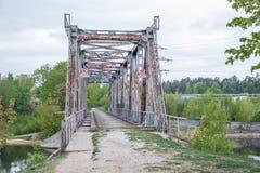 Stadt Riga, Lettland Alte Eisenbr?cke Gebrochener Bau und Naturansicht, Fluss Reisefoto 2019 11 05 lizenzfreies stockbild