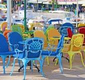 Stadt Rovinj, Kroatien Farbige Stühle draußen im Restaurant, stock abbildung