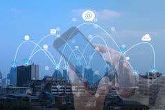 Stadt scape und Verbindungstechnologie des Sozialen Netzes Telekommunikation stockfotos