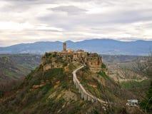 Stadt-Schloss auf den Felsenc$civita-di-c$bagnoredgio Stockfotos