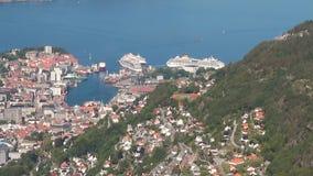 Stadt, Seehafen und Kreuzfahrtschiffe im Hafen Bergen, Norwegen stock footage