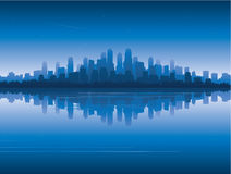 Stadt-Skyline denken über Wasser nach Stockfotos