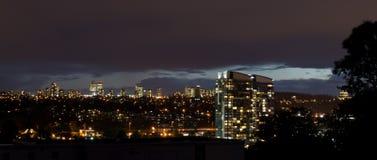Stadt-Skyline an der Dämmerung Stockfotos