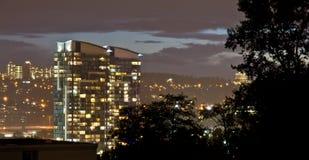 Stadt-Skyline an der Dämmerung Stockbild