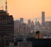 Stadt-Skyline an der Dämmerung Stockfotografie