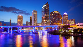 Stadt-Skyline im Stadtzentrum gelegenen Tampas, Florida nachts - Stadtbildlogos Stockbild