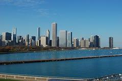 Stadt-Skyline mit einem blauen See und einem blauen Himmel Lizenzfreies Stockfoto
