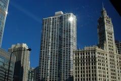 Stadt-Skyline mit funkelndem hellem Sonnenschein Lizenzfreies Stockfoto