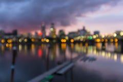 Stadt-Skyline Portlands Oregon aus Fokus Bokeh-Lichtern heraus Stockfotos