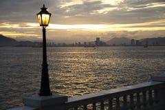 Stadt-Skyline am Sonnenuntergang Stockbild