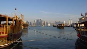 Stadt-Skyline-Tagesschuß Dohas moderner, Katar, Mittlere Osten-Ansicht über Doha-Wolkenkratzer mit traditionellen hölzernen Katar stock video footage