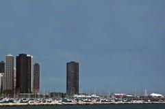 Stadt-Skyline und -jachthafen Stockfotos