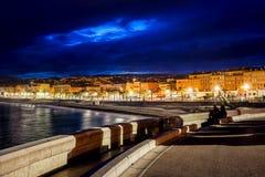 Stadt-Skyline von Nizza in Frankreich nachts Lizenzfreie Stockfotos