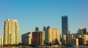 Stadt-Skylinemorgen Miamis Florida mit blauem Himmel Lizenzfreies Stockfoto