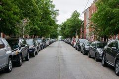 Stadt-Straße in im Stadtzentrum gelegenem Baltimore, Maryland nahe fällt Punkt stockfotos
