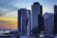 Stadt-Straßen und moderne Geschäfts-Gebäude stockbilder