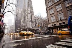Stadt streetlife auf fünftem Handels in New York Lizenzfreie Stockfotos