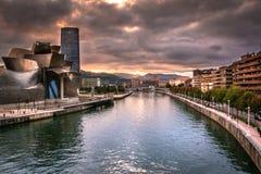Stadt-Szene mit Ansicht von Nervions-Fluss und von Guggenheim-Museum Bilbao bei drastischem Sonnenuntergang lizenzfreie stockbilder