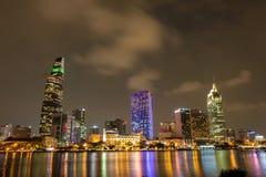 Stadt-Szene mit Ho Chi Minh City ' zentrales Geschäftsgebiet s bis zum Nacht lizenzfreie stockbilder