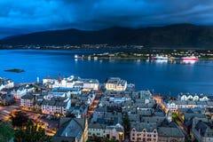 Stadt-Szene mit Vogelperspektive von Hafen, von Bucht und von Bergen Alesund während der blauen Stunde lizenzfreies stockbild