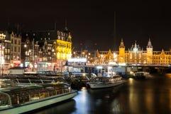 Stadt szenisch von Amsterdam bis zum Nacht mit dem Hauptbahnhof stockbild