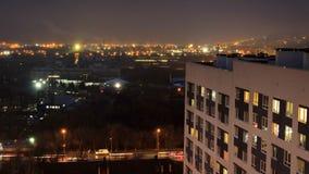Stadt umgeben durch dichten Nebel Gl?ttung von timelase eines modernen Geb?udes des Hochhauses mit flackernden Fensterlichtern stock video
