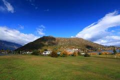 Stadt und Berg Stockfoto