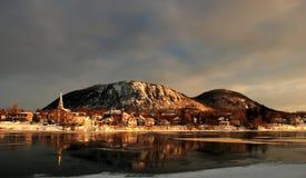 Stadt und Berg nahe einem Fluss Stockbilder