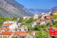 Stadt und Berge stockfoto