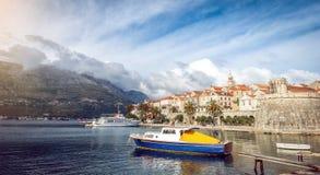 Stadt und Boote Korcula im Hafen Lizenzfreie Stockfotos